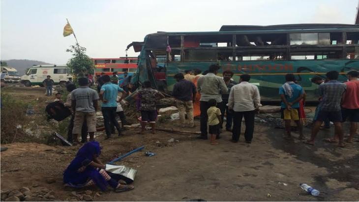 Photo of मुंबई –अहमदाबाद हायवे पर बस पलटने से 16 लोग जख्मी .