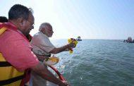 अरबी समुद्रातील आंतरराष्ट्रीय शिवस्मारकाचे पंतप्रधान नरेंद्र मोदी यांच्या हस्ते जल-भूमिपूजन