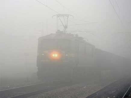 कोहरे का कहर: सोमवार को 6 ट्रेनें रद्द, 3 राजधानी समेत 17 ट्रेनों का समय बदला