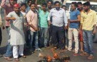 सपा कार्यकर्ताओं ने फूंका अमर और शिवपाल का पुतला