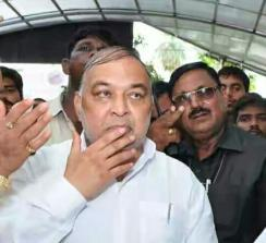 यूपी कैबिनेट मंत्री भगोड़ा घोषित, गिरफ्तारी वारंट जारी