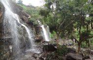 झरना के पानी से अपनी प्यास बुझा रहे ग्रामीण