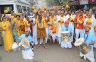 काशी विश्वनाथ की वार्षिक कलश यात्रा में उमड़े श्रद्धालु, गंगा में लगाई डुबकी