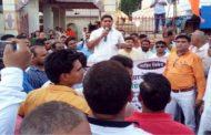 केरल गौ हत्या मामला : पालघर विहिप व बजरंगदल के लोगो ने किया कांग्रेस का पुतला दहन.