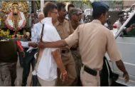 कोल्हापुर : महालक्ष्मी देवी के भक्तों ने पुजारी को चप्पल से पीटा !