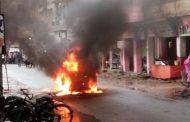 सड़क पर दौड़ती कार में लगी आग, ड्राइवर ने इस तरह बचाई अपनी जान