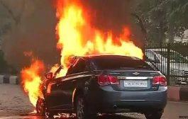 अंधेरी हाइवे पर चलती कार में लगी आग , कार चालक कूदा