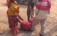 दबंगों ने छेडख़ानी करते घर से घसीटकर महिला को पीटा , पुलिस का रहा ऐसा रवैया