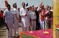 स्वतंत्रता सेनानी की उपस्थिति में डीएम ने दुर्ग पर फहराया तिरंगा