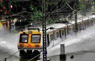 बारिश ने रोकी मुंबई की रफ्तार, तीन लोगों की मौत, 16 ट्रेनें रद्द