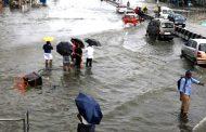 मुंबई में मूसलाधार बारिश से लोग परेशान , जनजीवन अस्तव्यस्त