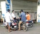 लखनऊ: भूल गए नियम, बिना हेलमेट वालों को दिया जा रहा पेट्रोल