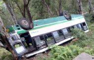 ड्राईवर की लापरवाही से खाई में गिरी स्कूल बस , घायल बच्चो को छोड़ ड्राईवर हुआ फरार