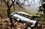 संतुलन बिगड़ने से खाई में गिरी बस, बस में सवार थे 50 लोग