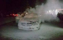 चलती मर्सिडीज बेंज कार में लगी आग, बाल-बाल बचे चार लोग