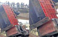 पालघर : 3 कारों को ठोकर मारकर पुल से 15 फीट नीचे गिरा डंफर, एक की मौत, 6 घायल