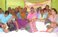 भूख हड़ताल पर बैठी आशाओं की हालत बिगड़ी, एक सीएचसी में भर्ती
