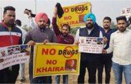 चंडीगढ़ एयरपोर्ट पर केजरीवाल काे अकाली-कांग्रेस कार्यकर्ताओं ने दिखाये काले झंडे