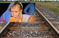 डेढ़ वर्षीय मासूम के साथ पटरियों पर लेट गई मां , ट्रेन गुजर जाने के बाद भी.....