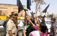 चंडीगढ़ में कांग्रेस-अकाली ने केजरीवाल को दिखाए काले झंडे