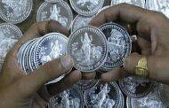 वोटरों को लुभाने के लिए बांटे चांदी के सिक्के, जांच में निकले ....