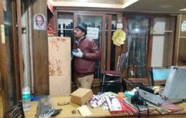 चौकीदार को बंधक बनाकर बन्दूक की दुकान में डकैती