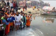 कानपुर में गंगा को निर्मल बनाने के लिए संतों ने 25 हजार लीटर दूध से किया गंगा का अभिषेक