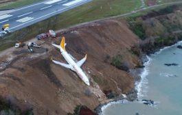 VIDEO : 162 यात्रियों से भरा प्लेन रनवे से उतरकर समुद्र के पास गिरा