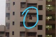 बालकनी से झांक रही थी 4 साल की बच्ची , 10वीं मंजिल से गिरकर मौत