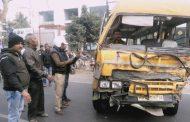 स्कूल बस की ट्रक से जोरदार टक्कर, 3 छात्र घायल , मौके से दोनों ड्राईवर फरार
