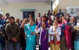 उर्गम घाटी की समस्याओं को लेकर डीएम कार्यालय पर गरजे ग्रामीण
