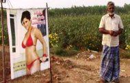 इस किसान ने खेत में लगा दी सनी लियोनी की लाल बिकिनी में फोटो , जाने दिलचस्प वजह