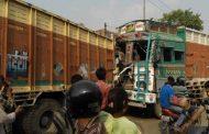 दो ट्रकों की भीषण टक्कर में 11 लोग घायल , 4 की हालत गंभीर