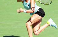 ब्रिटेन की जोहाना कोंटा फोरहैंड शॉट खेलती हुई