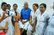 अस्पताल में भी दिखा लालू प्रसाद का क्रेज , नर्सों ने खिंचवाई फोटो