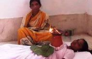 नवरात्रि के पहले दिने से सीने पर ज्योति कलश स्थापित कर मंदिर में लेटी हैं यह महिला
