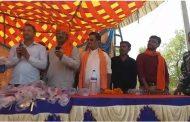 पांकी : करार गांव में बजरंगबली मंदिर के प्रांगण मे सभी राम भक्तो के बिच तलवार वितरण करते हुए भाजपा नेता डॉक्टर अमित प्रकाश उपाध्याय जी