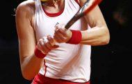 क्रिस्टीना पोर्स टेनिस में बैकहेंड शॉट खेलती हुई