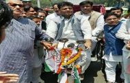 बिहार कांग्रेस के प्रभारी प्रदेश अध्यक्ष ने चलाया रिक्शा, बैठे थे प्रभारी सचिव