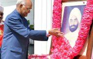पूर्व राष्ट्रपति स्वर्गीय ज्ञानी को पुष्पांजलि अर्पित करते हुए राष्ट्रपति रामनाथ कोविंद