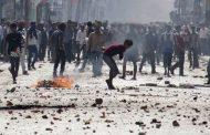 कश्मीर में पथराव के दौरान सीआरपीएफ की गाड़ी के नीचे आए तीन लोग
