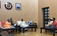 लखनऊ कांड :  विवेक तिवारी के परिवार से मिले CM योगी , मदद का दिया भरोसा