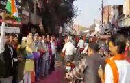 राम की नगरी अयोध्या में मुस्लिमों ने की राम मंदिर समर्थकों पर पुष्प वर्षा