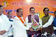 BJP के सांसद राजेन्द्र गावित से गुंडों  की धक्का ,मुक्की