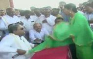 कर्नाटक: पूर्व मुख्यमंत्री  व कांग्रेस नेता सिद्धारमैया ने महिला से सरेआम की अभद्रता, वीडियो हुवा वायरल