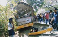 पालघर में बच्चो से भरी स्कूली बस पेड़ से टकराई ,दर्जनों बच्चे हुए घायल