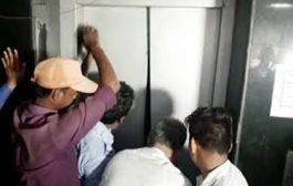 लिफ्ट में फंसे तीन लोगों को अग्निशमन कर्मियों ने निकाला बाहर