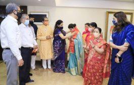 उर्मिला मातोंडकर शिवसेना में हुई शामिल , सीएम ठाकरे की पत्नी ने बांधा शिवबंधन,कांग्रेस को झटका